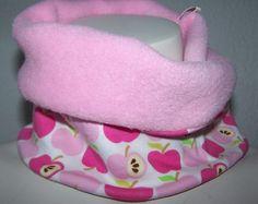 Da der Winter nun doch noch nicht vorbei scheint werde ich noch ein paar Loops  nähen und einstellen, so wie heute diesen  süßen rosa /pink Kuschel - Winter - Loop  mit den knackigsten Äpfelchen von Hamburger Liebe & einem süßen Apfel-Webbändchen      zu tragen von der Größe 46 - 54 ( Kopfumfang ) dehnbar    Ganze kuschlige 19cm liegt er breit, so das manch rote Nase samt Ohren  zur Not auch darin verschwinden können.....schmunzel    Webband 100% Polyester    100% Polyester der Fleece
