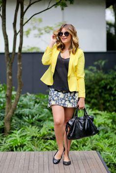Look do dia: saia estampada + blazer amarelo