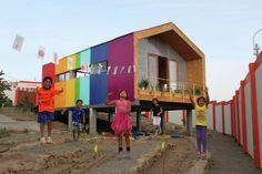 Construido en 2013 en Ventanilla, Perú. Imagenes por Mauricio Freyre. Un Arco Iris para el Desierto de Pachacutec.  La ausencia de lluvias en la costa peruana, hace que las condiciones de vida en los asentamientos...