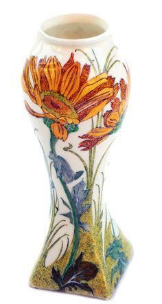 Nr.: 137, Te koop aangeboden sieraardewerk van Rozenburg,  Omschrijving: (eierschaal) Plateel Vaas, Hoog 14,6 cm Breed 5,5 cm, Periode: Jaar 1903, Schilder : Samuel Schellink,