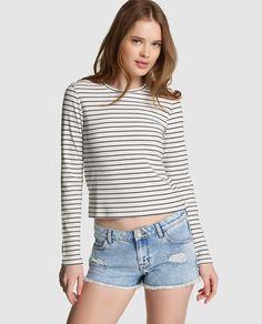 Camiseta con estampado de rayas en blanco y azul marino. Tiene manga larga y cuello caja.