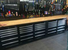 Who wouldn't want this in their garage? Garage Workshop Organization, Basement Workshop, Garage Tool Storage, Garage Shed, Garage Plans, Motorcycle Garage, Mechanic Garage, Garage Remodel, Barn House Plans