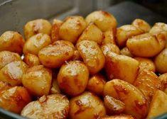 """Las patatas caramelizadas son una guarnición típica de la navidad en Dinamarca, y su receta ha sido seguida desde 1901, año en que fuese publicada en el popular libro de cocina danesa """"Frk. Jensens Kogebog"""" o el """"libro de la Señora Jensen"""". Este compendio, que recoge la mayoría de recetas tradicionales del país (como por ejemplo el Gravlax), ha formado parte fundamental de la gastronomía danesa y es posible encontrarlo en la mayoría de hogares de Dinamarca. Aunque sea un plato típico…"""