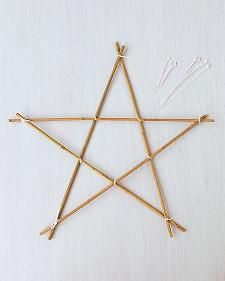 Bring a bit of the heavens down to snowy earth with stars fashioned from ordinary garden stakes. Christmas Garden, Christmas Baskets, Diy And Crafts, Crafts For Kids, Arts And Crafts, Christmas Wishes, Christmas Holidays, Holiday Wreaths, Christmas Decorations