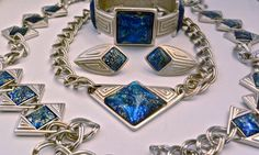 Yves Saint Laurent - Parure Collier, Sautoir, Bracelet et Boucles d'Oreilles - Métal Argenté et Cabochons en Verre Dichroique - Tons Bleu - Vintage