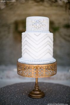 Great Gatsby Inspired Wedding Cake / White Wedding Cake with Silver Sparkle / Jamilah Photography / Paola Cake Atelier / via Style Unveiled