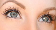Beauty blogger Helena Rönnblad wearing Cloudberry Volume Serum Mascara. #mascara #lumene
