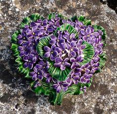 Heart decorated with Ceramic Flowers found on a Cemetery in the Southern Part of France Hart gemaakt van keramiek en versierd met paarse bloemen Gevonden op een begraafplaats in het zuiden van Frankrijk
