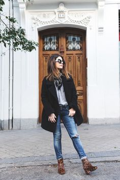Worn denim jeans, chunky black coat with silk scarf and leopard ankle boots with heel. Leopard Ankle Boots, Leopard Print Boots, Coat Outfit, Booties Outfit, Outfit Jeans, Fashion Mode, Moda Fashion, Bandana Outfit, Bandana Scarf