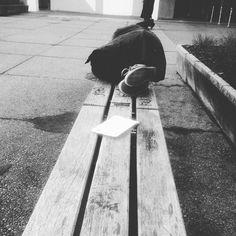 Schlafende Frau am Campus #homeless#visionäre #pioniere #wegbereiter by bangpflomp