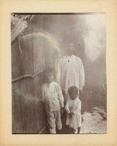 1900 Zapotecos. Zapotecos en el interior de una vivienda, retrato