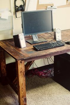 Pallet Desk, I seem to be obsessed w/ all pallet ideas. And I DO need a new desk for my office :)