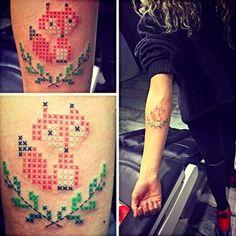 #tattoofriday - Tatuagens em ponto cruz por Eva Krbdk, Turquia.
