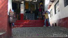 """Janitzio tiene varios significados, entre ellos: """"Lugar donde llueve"""", """"Cabellos de elote"""", y """"Lugar de Pesca"""". Pintoresco lugar ubicado en la parte central del lago de Pátzcuaro. La comunidad indígena del pueblito ha conservado en gran parte la autenticidad de sus costumbres, como la lengua purépecha, vestuario y la velación de la noche de muertos, ceremonia que cada 1 y 2 de noviembre atrae visitantes de todo el mundo"""