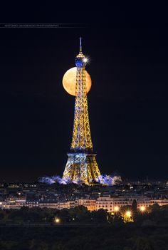 Luna llena detrás de la torre Eiffel en París.