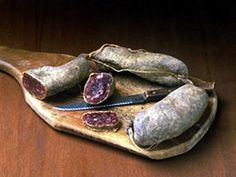 """SALCICCIA DI CAPRA o susiccia d'crava Canavese, si produce anche in Valsesia. La carne di capra (50%) viene lavorata con maiale – lardo o pancetta – e in piccola percentuale anche con bovino; macinata e insaccata. La fase di stagionatura prevede un'asciugatura in cella (chiamata """"paiola""""), e una """"maturazione"""" in cantine a temperatura costante di 10-12 °C. Si consuma fresca tagliata sottile #salume #piemonte #valsesia #Food #FoodBlogger #FoodLovers   #Gourmet  #Foodie  #Sommelier…"""