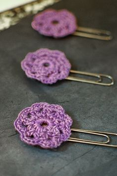 I love using pretty things, especially when it comes to the simple everyday kind of things. I had so much fun brightening up my office space with my mason jar cozy pencil holders and my crochet flower push pins for my corkboard, that I thought I would keep going. I found some paperclips with a flat pad and thought they would be perfect for adding a little embellishment to. And these crochet flowers are just the thing!
