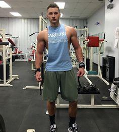 Gym entrenamiento rutinas y hombres guapos for Mundo fitness gym