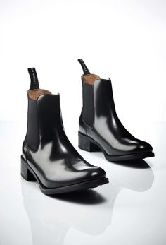 Riley boots, Tiger Of Sweden Women's black Chelsea boot in smooth calf leather. Pull-on boots. Made in Italy Brown Boots, Black Boots, Calf Leather, Black Leather, Smooth Leather, Fab Shoes, Women's Shoes, Black Chelsea Boots, Pink Pumps
