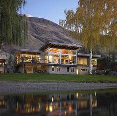 Fachada de casa moderna en ambiente rural