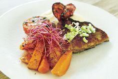 Seibiff med blomkålpuré, søtpotet, estragontomater og chorizo