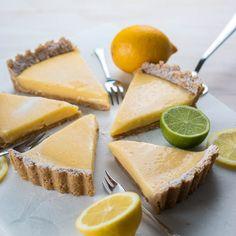 Een heerlijke snelle taart waarin ik citroen en limoen combineer voor een lekker fris zomers gebakje. Citroen- & limoentaart!