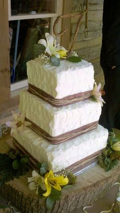 Rustic Wedding Cake Nashville..like this but with different flowers..