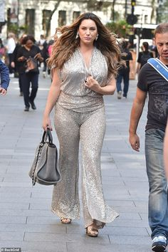 Silver sensation: Kelly Brook applied her sizzling style to her office summer party on Thu. Kelly Brook Style, Kelly Brook Hot, Kelly Brook Actress, Angela Simmons, Exotic Women, Teyana Taylor, Naomi Campbell, Red Carpet Dresses, Plus Fashion