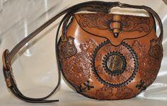 Hellen handgemachtes Leder Handtasche. Die Vorderseite ist verziert mit floralen Prägung, in Handarbeit handgemacht. Und die Mitte der Vorderseite ist mit natürlichen Stein-geschnitzte Jade, umrahmt von dickem Leder Spitze in einem Kreis. In genau der gleichen Technik sind einen Kreis