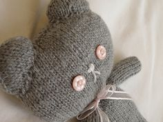 Free knit kitty cat pattern. I'm making two of these for my niece who has a birthday coming up this Saturday. I better get started.
