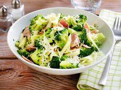 Einfacher kann Kochen nicht sein: Brokkoli mit Schinken in der Pfanne garen, Käse darüber streuen, fertig. Und nach nur 20 Minuten steht