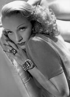 Marlene Dietrich, photo by George Hurrell Old Hollywood Glamour, Golden Age Of Hollywood, Vintage Glamour, Vintage Hollywood, Hollywood Stars, Classic Hollywood, Hollywood Jewelry, Hollywood Cinema, Hollywood Icons