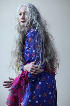 Mrs Robinson Management – Model agency for women & classic women fashion over 50 aging gracefully Long Gray Hair, Silver Grey Hair, Stylish Older Women, Long Hair For Older Women, Salt And Pepper Hair, Beautiful Old Woman, Advanced Style, Ageless Beauty, Aging Gracefully