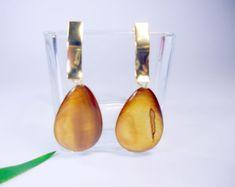Brinco dourado com madrepérola polida formato gota.  Peça antialérgica. R$ 24,00