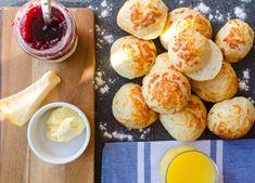 Ostfrallor eller ostbullar om man föredrar det, är kanske den mest ultimata frukostbullen jag vet. Så otroligt saftiga och smakrika och den knapriga osten på toppen av ostfrallorna gör att det blir en härlig kontrast mellan den mjuka bullen och den knapriga osten. Jag serverar alltid mina frallor med sylt, ost och Ost, Pretzel Bites, Muffin, Breakfast, Recipes, Recipies, Muffins, Morning Breakfast, Food Recipes
