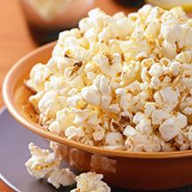 When you need a mindless munch, reach for this dolled-up Chili-Parmesan Popcorn recipe. The combination of heat and sweet gives microwave popcorn new meaning. Weight Watchers Chili, Plats Weight Watchers, Weight Watchers Snacks, Recipes Appetizers And Snacks, Healthy Snacks, Snack Recipes, Healthy Eating, Healthy Recipes, Recipes