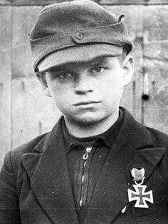 Esta foto foi capturada em 1944, na Alemanha. Nos últimos meses da Segunda Guerra, os nazistas passaram a utilizar crianças como soldados. Este menino chegou a receber a Cruz de Ferro, uma condecoração geralmente dada por bravura. Ele deve ter matado soldados de países antinazistas.