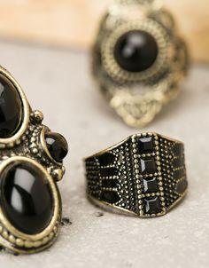 Anillos con piedra negra. Descubre ésta y muchas otras prendas en Bershka con nuevos productos cada semana
