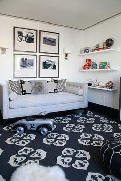 couleur chambre ado, canapé droit en tissu gris taupe, tapis noir et blanc à motifs fleurs, et tableau noir et blanc assorti