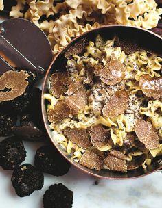 Recette Pâtes à la truffe de Big Mamma : Préparez la crème de truffes : faites fondre 20 g de beurre avec 2 c. à s. d'huile de truffe dans une sauteuse. ...