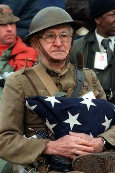 Intensas Fotos Históricas                1982: Joseph Ambrose, um veterano da Primeira Guerra Mundial, assiste a um desfile militar, aos 86 anos de idade. Em suas mãos, ele segura a bandeira que cobriu o caixão de seu filho, que foi morto lutando na Guerra da Coreia.