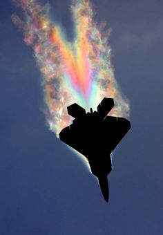 This rainbowfied Raptor fighter jet. An actual photo captured at exactly the right moment when the water vapor trailing off the aircraft caught the sun in just the right way to refract it. Credit Bernardo M. Military Jets, Military Aircraft, Fighter Aircraft, Fighter Jets, Me262, Photo Avion, F22 Raptor, Military Photos