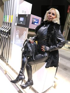 LOREXA Modelady DOLLY BARBINA in Leder an der Tankstelle