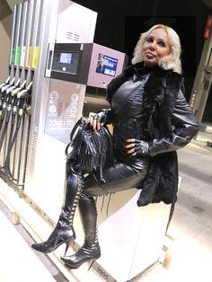 LOREXA Modelady DOLLY BARBINA in Leder an der Tankstelle