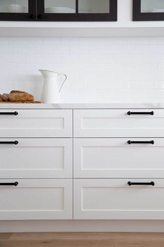 White Shaker style drawers with black bar handles in this classic kitchen & MorrisCo Design Why is it called a Shaker door? — Verity Jayne Source by The post Why is it called a Shaker door? — Verity Jayne appeared first on Salter Decor Supplies.