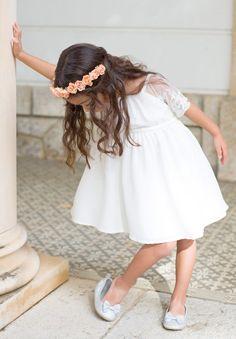 Pour un look bohème à votre cortège, nous vous proposons la robe Lucie ivoire agrémentée de notre couronne Rosie pêche.