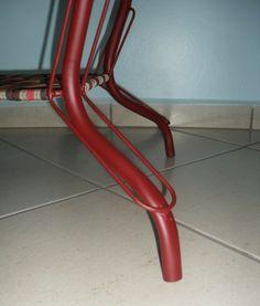 Mesa com estrutura tubular com pintura na cor vermelho bordô, tampo de madeira maciça e trama de cinta - 03 unidades TRAPICHE VINTAGE