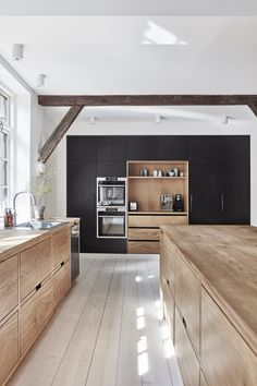 Kitchen of the Week: Lukas Grahams Stunning and Sustainable Kitchen – Kitchen Interior, New Kitchen, Kitchen Decor, Kitchen With Living Room, Bakers Kitchen, Wooden Kitchen, Diy Interior, Interior Lighting, Kitchen Furniture