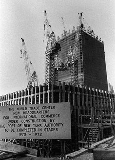 View of the World Trade Center under construction, with a sign announcing the completion schedule, circa New York City, World Trade Center Nyc, Trade Centre, World Trade Center Pictures, Photos Du, Old Photos, Photographie New York, 11 September 2001, Photos Rares, North Tower