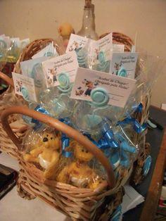 Carrinho em vime decorado com biscuit e contendo 24 lembrancinhas para maternidade.